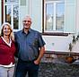 Praxistesterin Wiethaler mit ihrem Mann vor ihrem Haus
