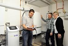 Experte erklärt den Eigentümern die Brennstoffzellenheizung.