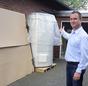 Carsten Mönkemeyer vor der verpackten Solarthermieanlage.