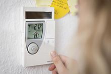 An der Thermostat-Anzeige lässt sich die Temperatur einstellen.
