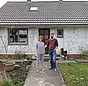 Praxistester Katrin Ramundt und Dr. Heiko Stemmann vor ihrem Haus.