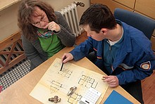 Vor dem hydraulischen Abgleich kommt die Datenaufnahme. Neben der Raumgröße spielen dabei Faktoren wie die Dämmung der Außenwände eine wichtige Rolle. Oft genügt ein Blick in die Baupläne des Hauses.