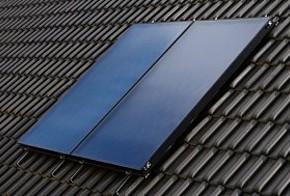 Flachkollektor für Solarthermie auf einem Dach mit dunklen Ziegeln