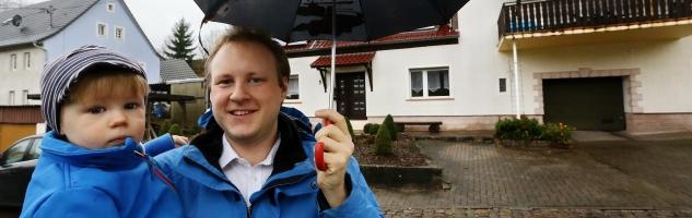 Carsten Tamm mit seinem Sohn Leonas vor dem Haus der Familie in Matzenbach.