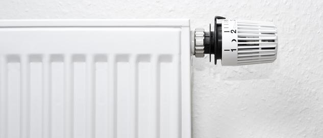 """Altes Heizungsthermostat an einer Heizung - Beispielbild für das co2online-Dossier """"Thermostate"""""""