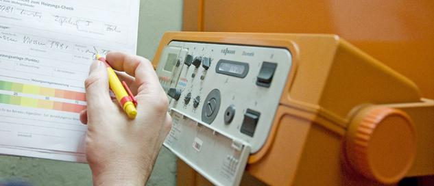 Handwerker nimmt Daten für Energieausweis auf